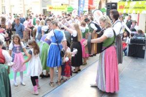 Kindertanzen in der Schmidtgasse mit Publikum